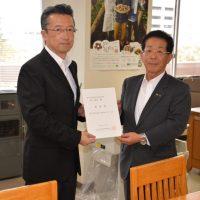 【上田副部長(左)に要請書を手渡す及川会長(右)】