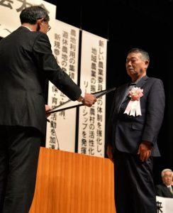 【佐々木会長から表彰される千葉氏】
