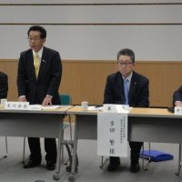 【挨拶する及川協議会会長(左から2人目)】